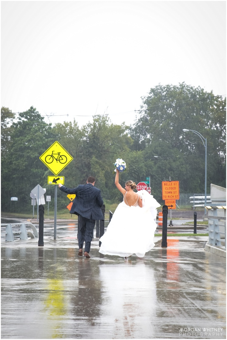 Wedding photography on main street bridge in Columbus, Ohio_0007